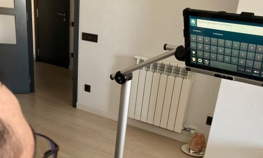 L'Hospital de Bellvitge inicia una prova pilot amb lectors oculars per a la comunicació de pacients d'ELA