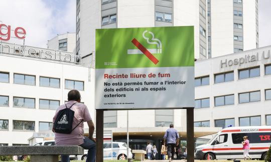 L'hospital reforça la senyalització sobre la prohibició de fumar a tot el recinte